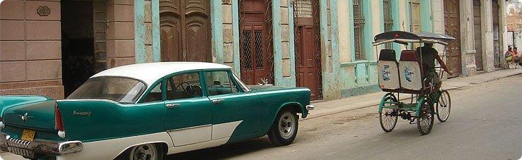 KÜBA – Havana'da tipik otomobil ve bisiklet taksi…